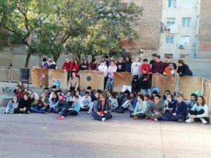 Alumnes davant de les pancartes