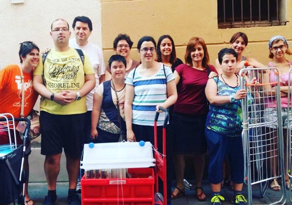 El participants del projecte PA PÉ, del SOI, imparteixen un taller de paper reciclat als Jesuïtes de Casp